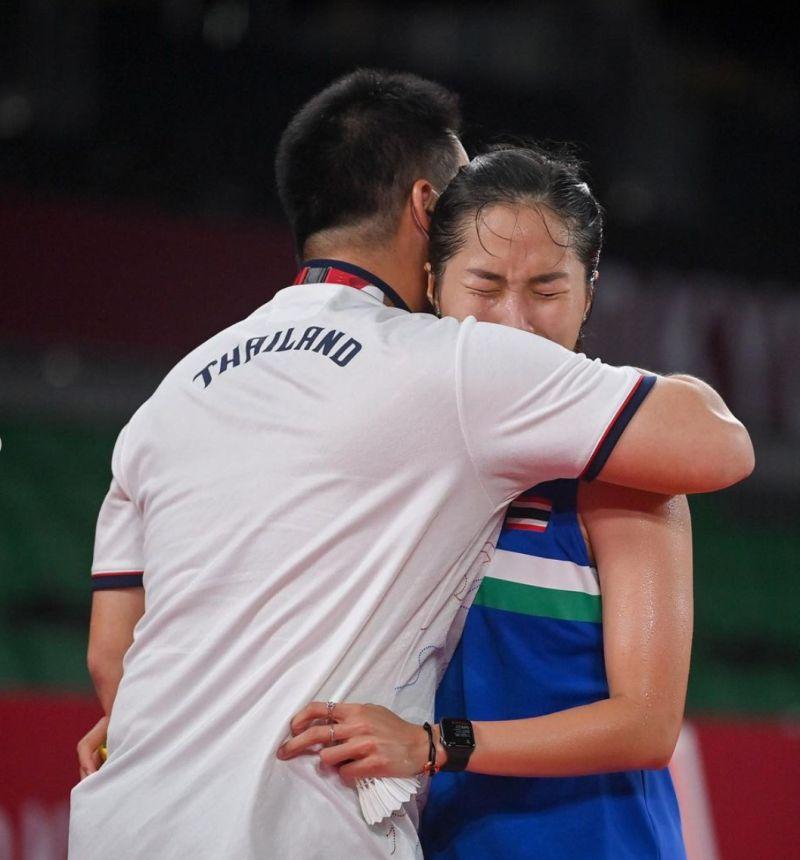 ▲泰國一姊依瑟儂(Ratchanok Intanon)東京奧運落敗後,直接哭倒在教練身上,近日雙親接連去世、染疫讓她大受打擊。(圖/翻攝自依瑟儂IG)