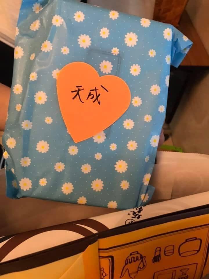 ▲駐日代表謝長廷表示,旅居日本的林志玲昨(30)日親送甜點至代表處,希望能致贈給選手及教練,代表處當天就轉送出去了。(圖/翻攝自謝長廷臉書專頁)
