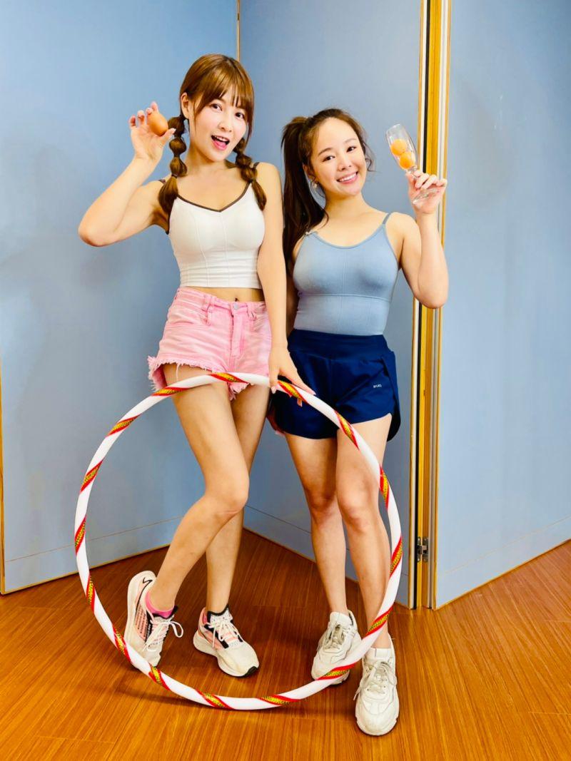 ▲謝京穎(左)、波波蓁亮麗的外型,在直播中吸引不少粉絲收看。(圖/民視提供)