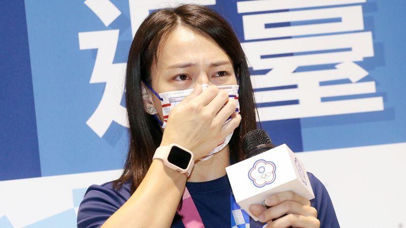 ▲「舉重女神」郭婞淳31日返國,提到自己過去受傷的往事,還是忍不住哭了,讓粉絲們非常心疼。(圖/體育署提供)