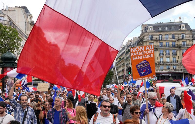 不滿強推健康通行證 逾20萬人走上法國街頭抗議
