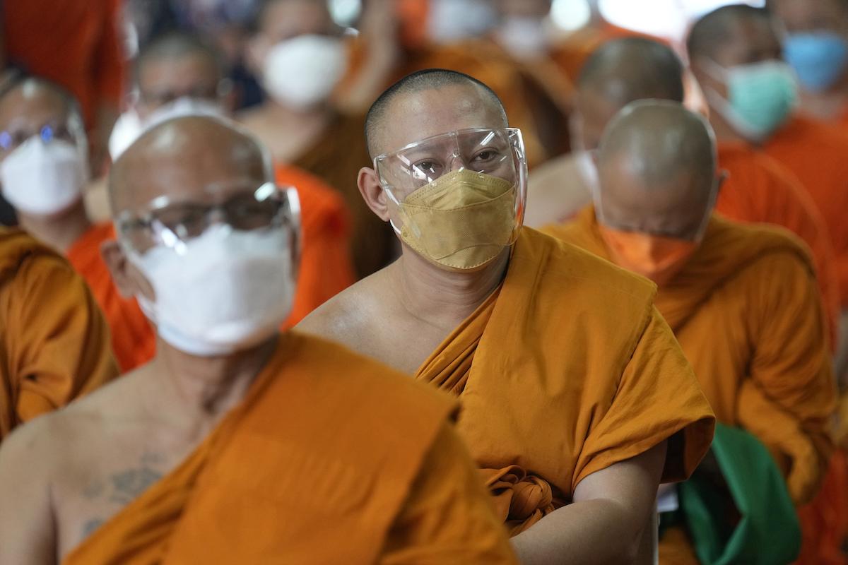 ▲泰國今天通報新增9489例COVID-19確診病例,為3個月以來首度單日新增病例低於1萬例,政府評估疫情趨緩,將從10月1日起放寬多項封鎖措施。(圖/美聯社/達志影像)