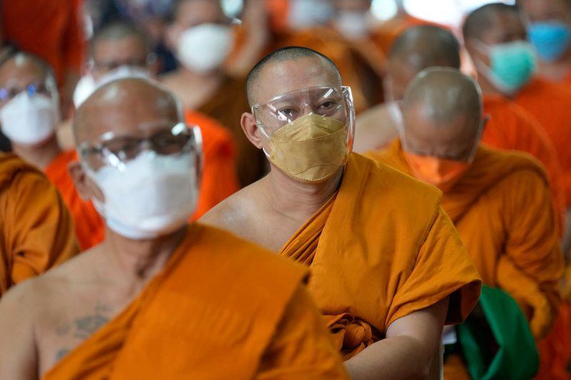 ▲泰國僧侶開始動員,發送食物和醫療物資、協助採取檢體,甚至搬運大體。資料照。(圖/美聯社/達志影像)