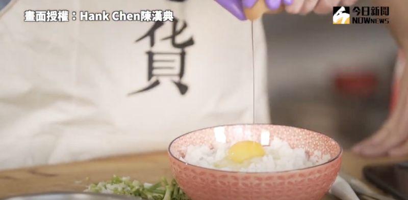 ▲將蛋液打入白飯後均勻混合,即可準備下鍋。(圖/Hank
