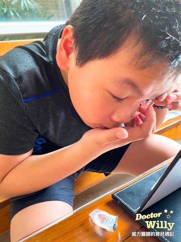 ▲王韋力醫師的小孩已經習慣配戴隱形眼鏡。(圖/王韋力醫師提供)