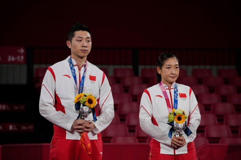 ▲中國桌球選手許昕和劉詩雯在桌球混雙比賽中贏得銀牌。(圖/美聯社/達志影像)