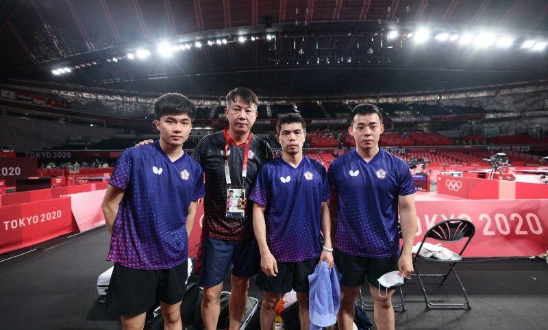 ▲東京奧運男團桌球林昀儒(左到右)教練蔣彭龍、莊智淵、陳建安。(體育署)