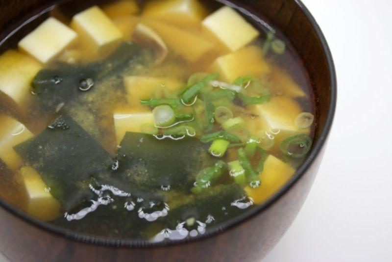▲一名女網友煮味噌湯時多放了1種食材,表示湯頭不僅變得十分美味,也讓人享用完相當飽足。(示意圖/翻攝photoAC)