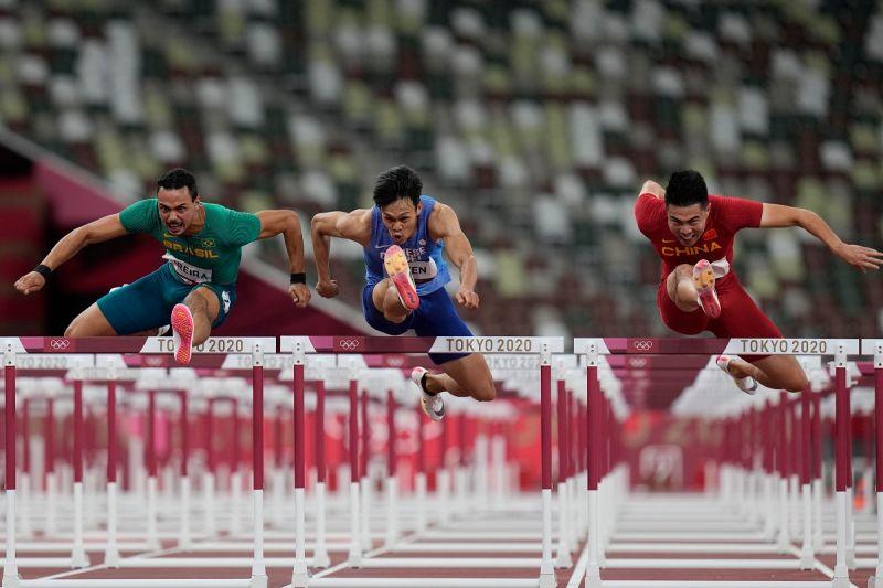 ▲台灣跨欄好手陳奎儒在東京奧運110跨欄預賽成功晉級。(圖/美聯社/達志影像)