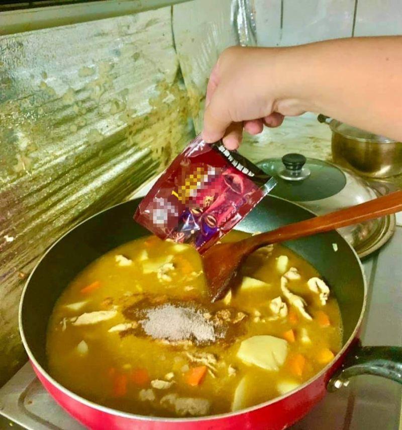▲不少網友煮咖哩時,都會加入咖啡粉、巧克力來提味。(圖/翻攝廚藝公社)