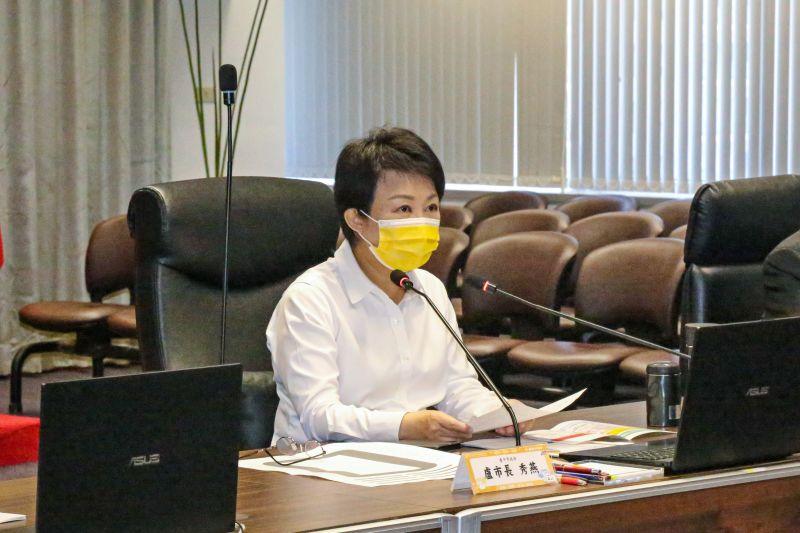 ▲中市防疫會議上,盧秀燕市長籲中央儘速核撥醫院紓困經費,並開放疫苗混打。(圖/市府提供)