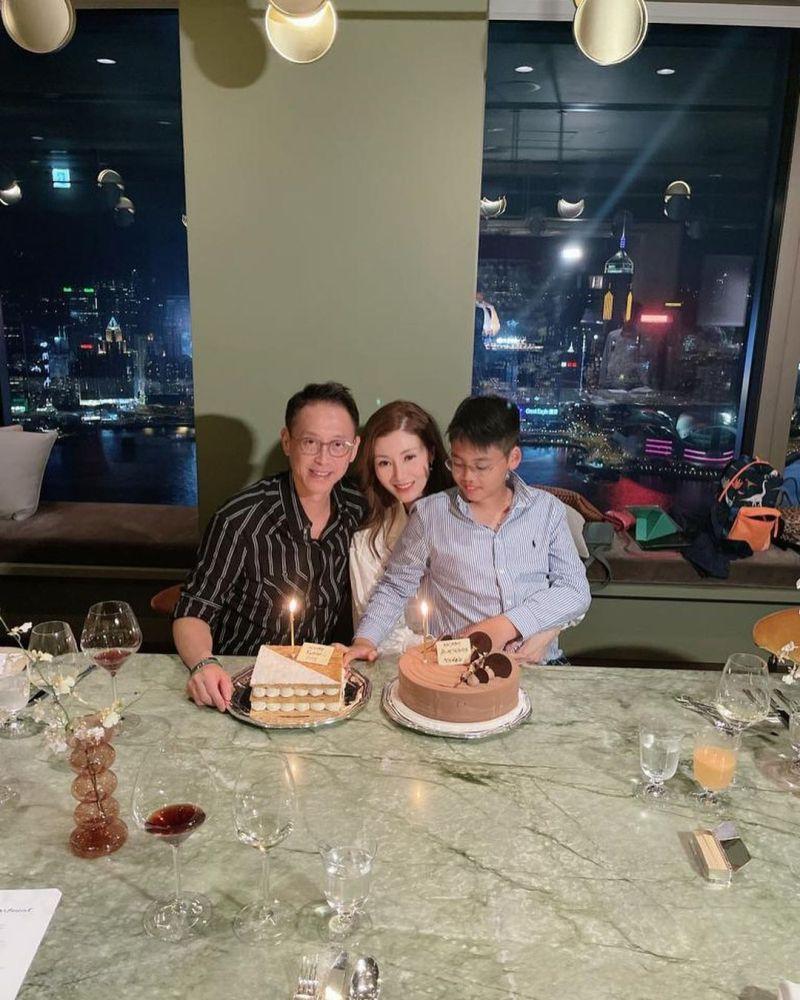 ▲李嘉欣(中)與許晉亨及兒子Jayden慶祝51歲生日。(圖/李嘉欣IG)