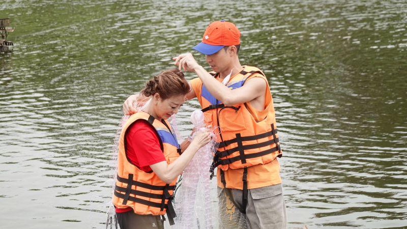 ▲浩子(右)把漁網當作婚紗,要為楊繡惠(左)披上。(圖/民視提供)