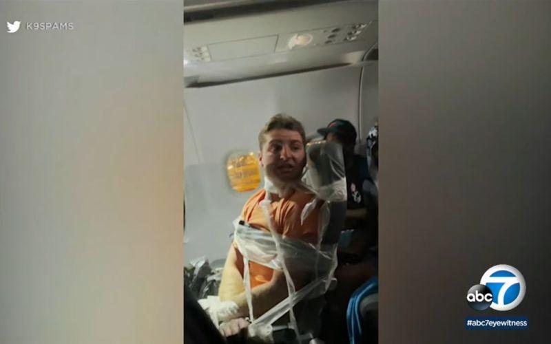 ▲,一名乘客遭控在邊疆航空一架從費城飛往邁阿密的班機上對兩名空服員毛手毛腳,還出拳攻擊第3名空服員,最後遭膠帶綑綁在座位上,飛機落地後便遭到逮捕。(圖/翻攝自abc7)