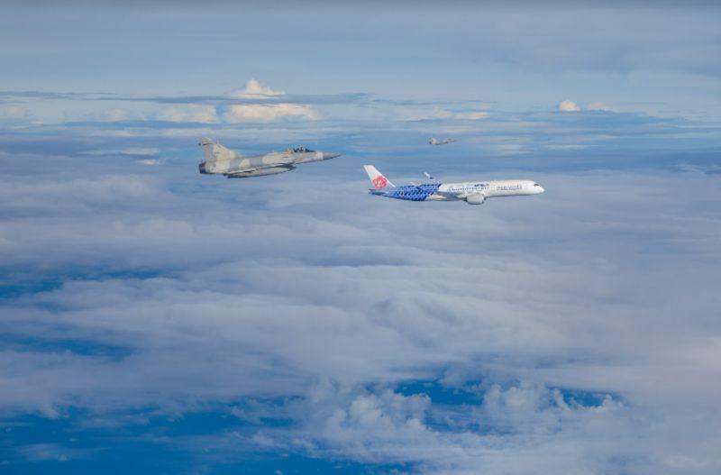 ▲幻象戰機伴飛東奧羽球國手返台,畫面相當壯觀。(圖/軍聞社提供)