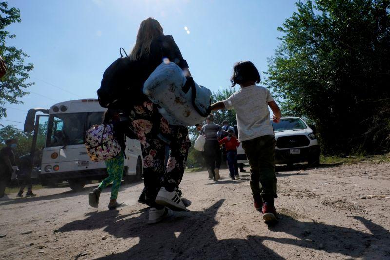 ▲美國德州媒體報導,一輛搭載超過25名移民勞工的廂型車在德州南部發生車禍,造成至少11人喪生,10多人受傷,事故地點距離美國與墨西哥邊境大約150公里。示意圖。(圖/美聯社/達志影像)