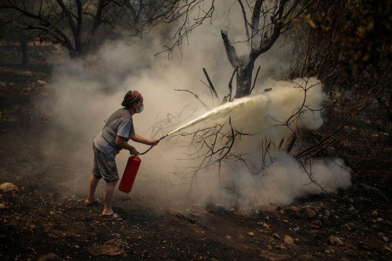 ▲土耳其正在對抗土國史上最嚴重的野火。有一大片沿岸森林被燒成灰燼,火勢現在燒到西南部一座燃煤發電廠,救援人員開始疏散數以百計沿海村民。(圖/美聯社/達志影像)