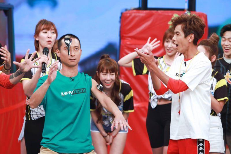 ▲浩子(左)表演用打完AZ疫苗的手臂貼湯匙,右為阿翔。(圖/民視提供)