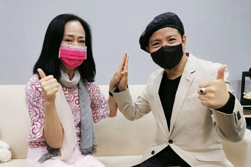 ▲湯蘭花(左)接受藝人陳凱倫(右)的直播專訪。(圖/陳凱倫提供)