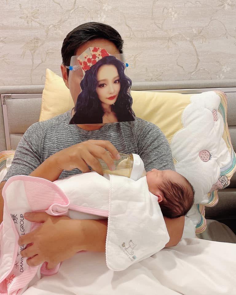 ▲王思佳老公Joe搞笑戴著貼有老婆臉蛋的面罩餵女兒喝奶。(圖/翻攝王思佳臉書)