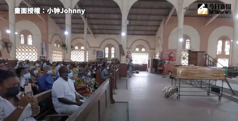 ▲與其他地方相同,參與的人會聚集在教堂內緬懷逝者。(圖/小钟Johnny