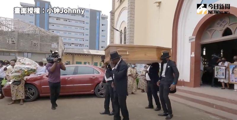 ▲黑人抬棺表演登場,現場氣氛瞬間歡快起來。(圖/小钟Johnny