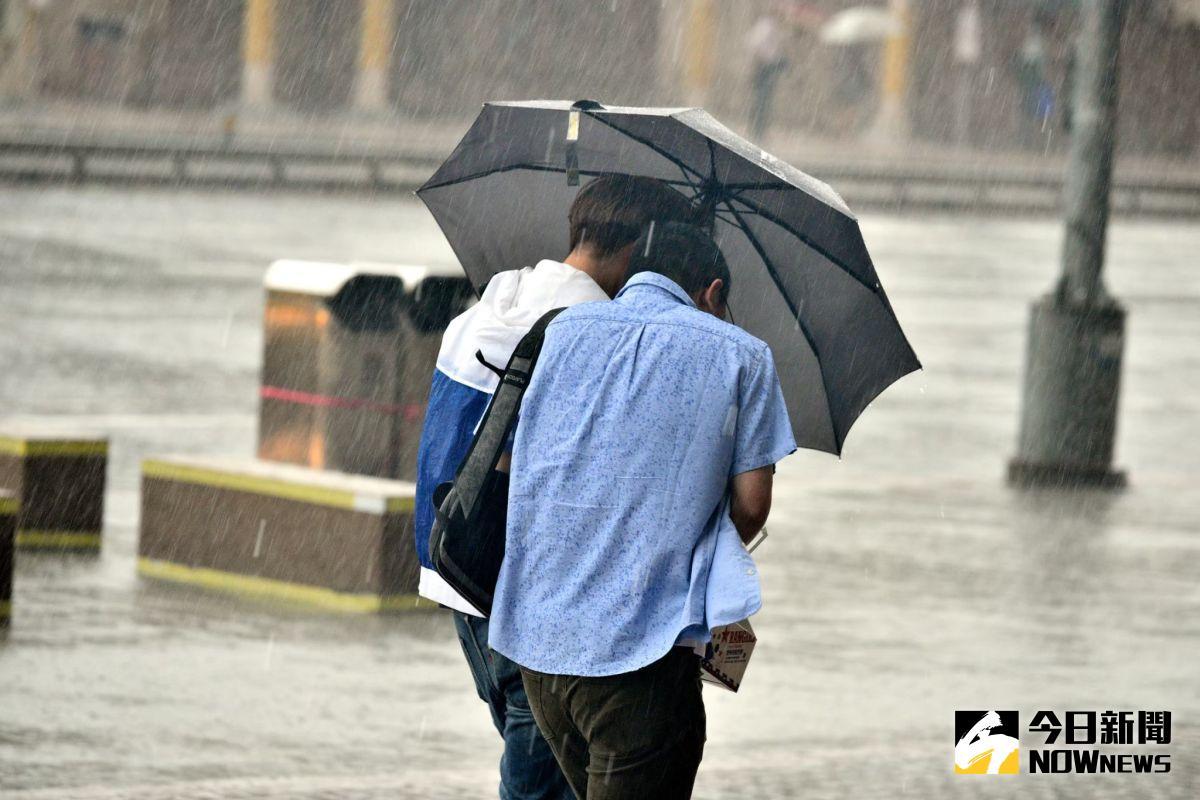 ▲圓規颱風影響台灣最劇烈的時間點落在今(11)晚到明天上午;目前,各縣政府也逐一宣布明(12)日是否上班上課。(資料照/NOWnews影像中心)