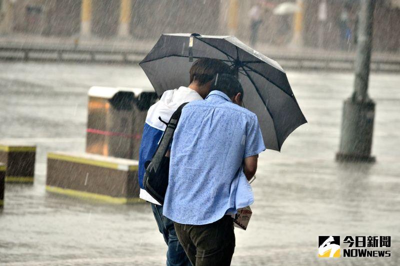 ▲盧碧颱風減弱為熱帶低氣壓,但仍會為台灣帶來豪大雨。氣象粉專用一張圖提醒民眾各地週末風雨時程。(示意圖/NOWnews影像中心資料照片)