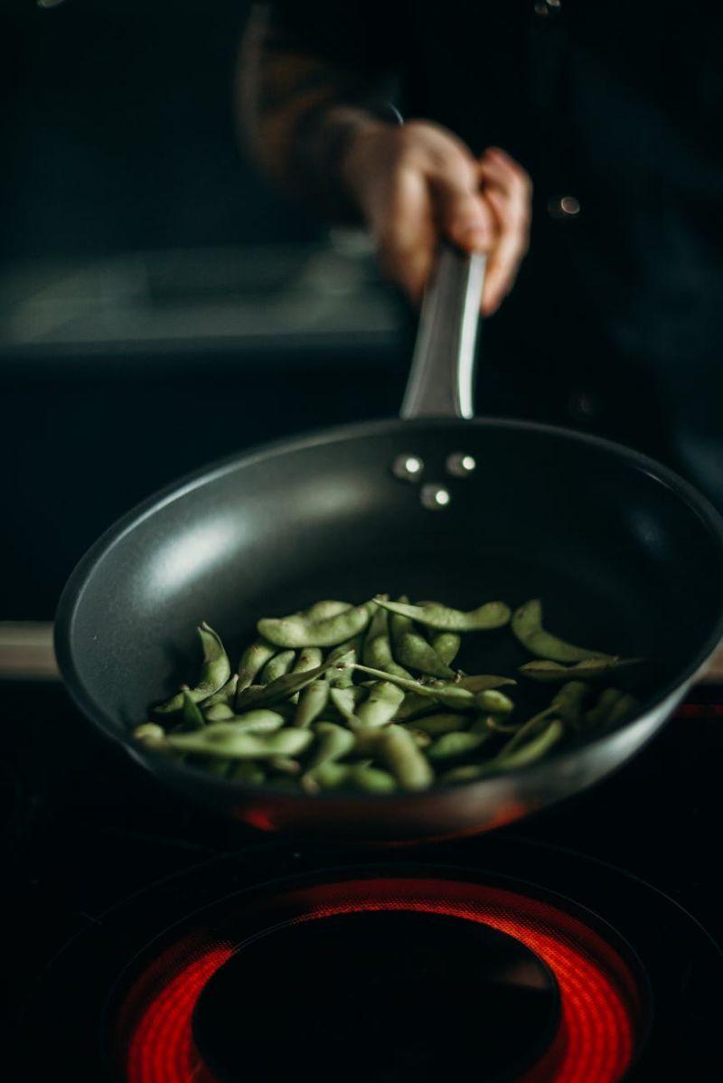 ▲《泰安美食客》透露,剝好的毛豆別直接冷凍,只要先在油鍋裡炒一炒,等顏色變綠就好。(示意圖/翻攝自《pexels》