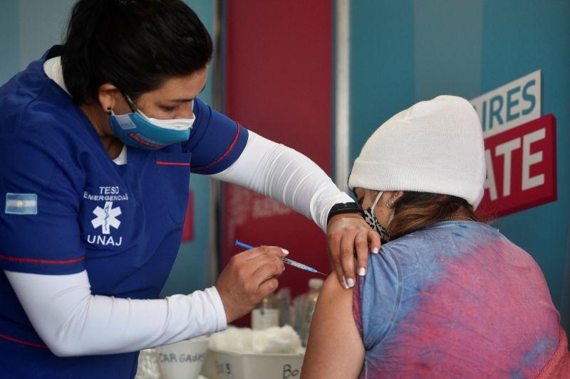 ▲因俄羅斯衛星-V疫苗第二劑嚴重延遲,阿根廷7月開始實驗混打多牌COVID-19疫苗安全性,4日阿根廷衛生部宣布正式合法混打疫苗,以利達群體免疫目標。(圖/美聯社/達志影像)