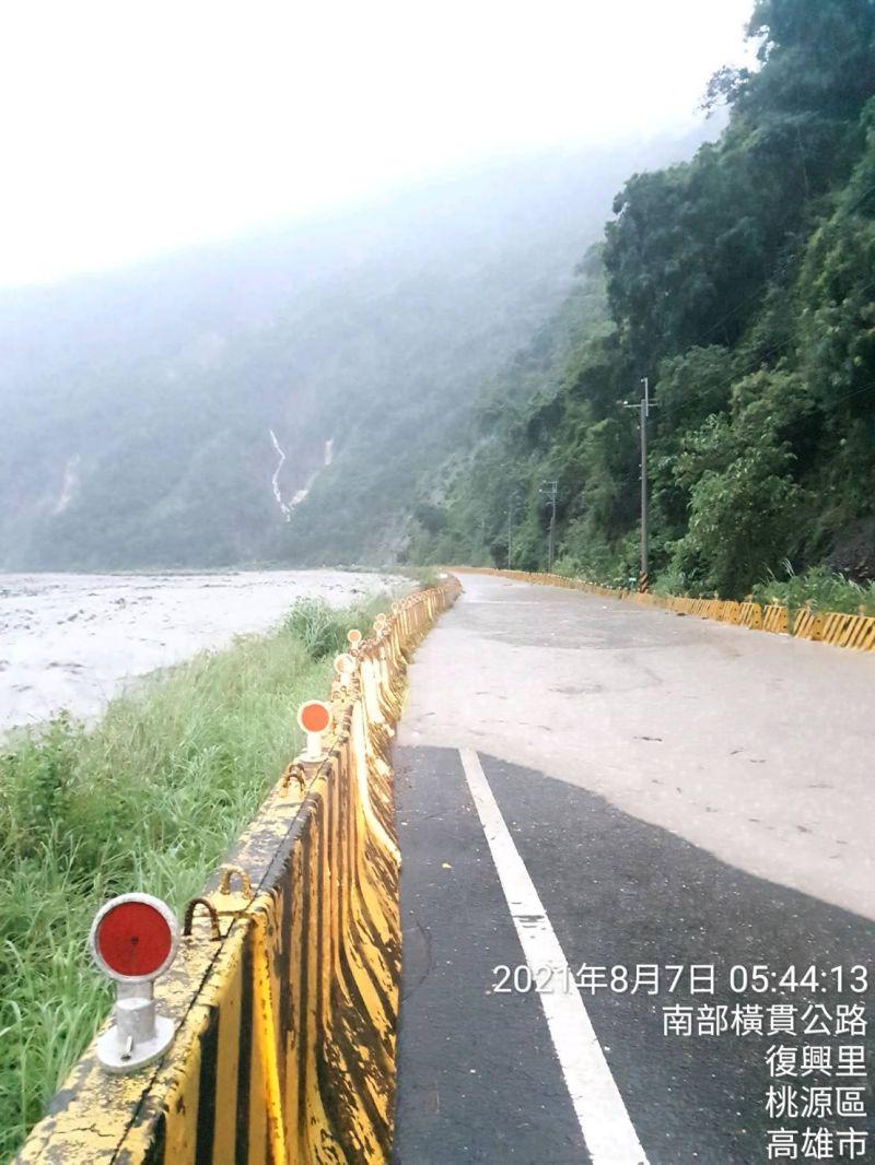 ▲南橫路段溪水溢至路面。(圖/翻攝畫面)
