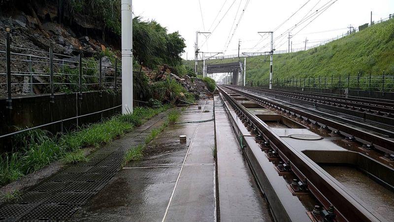 ▲台灣高鐵苗栗路段7日受大雨影響邊坡落石滑動,造成苗栗至台中區間暫停雙向運轉。8日清晨宣布狀況排除,全線已恢復正常運行。(台灣高鐵提供)