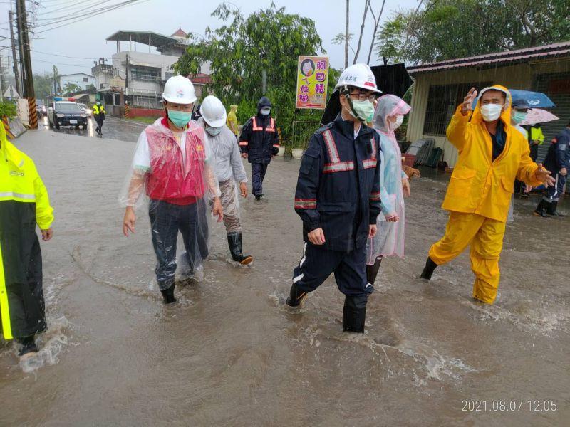 ▲市長陳其邁趕赴雨量最大的六龜山區視察水情。(圖/高市政府提供)