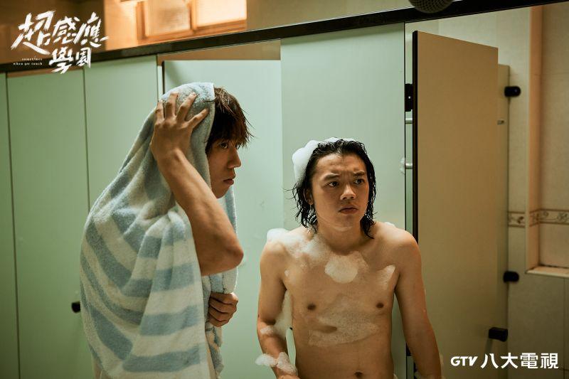 ▲姜濤(左)挑戰洗澡戲放棄練肌,直言遮點比較實在。(圖/八大)