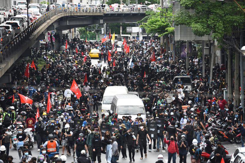 抗議泰國政府抗疫不力 示威者遭催淚彈驅離