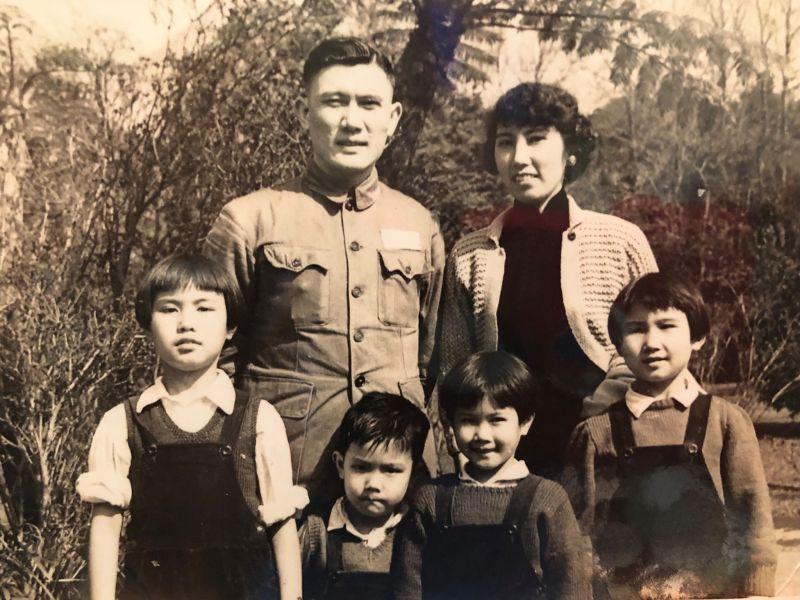 ▲前總統馬英九在父親節期間,於臉書上PO出過去與父母的全家福。