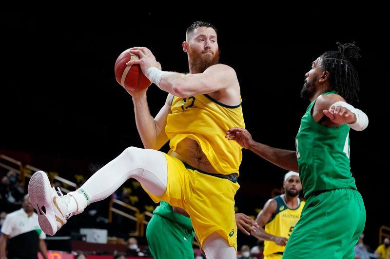 ▲澳洲首度在奧運奪銅牌,但中鋒Aron Baynes重傷在醫院缺席頒獎典禮,又被NBA暴龍隊裁掉。(圖/美聯社/達志影像)