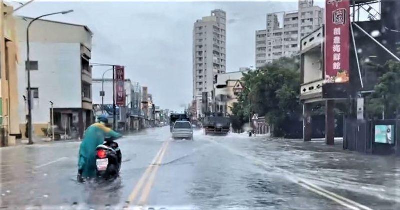 ▲西南氣流南移,持續為屏東帶來降雨,造成區內多處積淹水,林邊鄉台17線道路淹水,車輛必須涉水而過。(枋寮警分局提供)中央社記者郭芷瑄傳真 110年8月8日