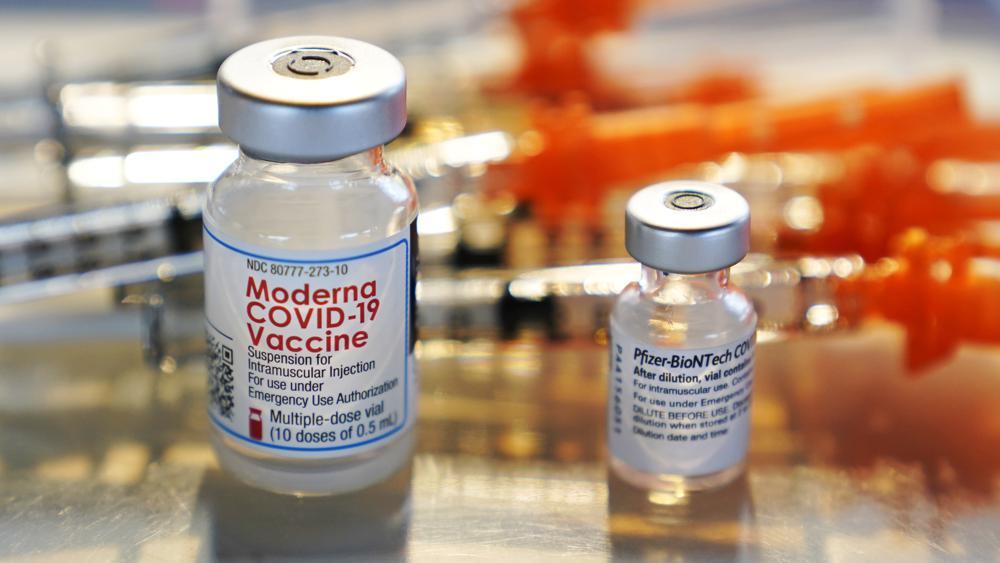 ▲日本厚生勞動省認為,年輕男性接種莫德納疫苗較可能發生心肌炎,擬建議10幾歲與20幾歲年輕男性改打輝瑞疫苗。示意圖。(圖/美聯社/達志影像)