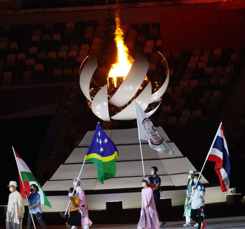 ▲2020東京奧運(8)日晚間舉行閉幕典禮,我國由連3屆參加奧運的「跨欄王子」陳傑掌旗。(圖/體育署提供)