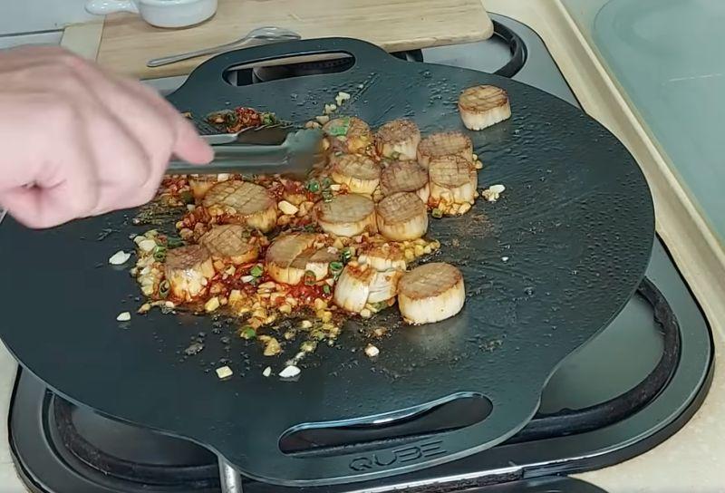 ▲男網友正在炒蒜香奶油杏鮑菇(偽干貝)這道菜。(圖/翻攝自《Costco好市多