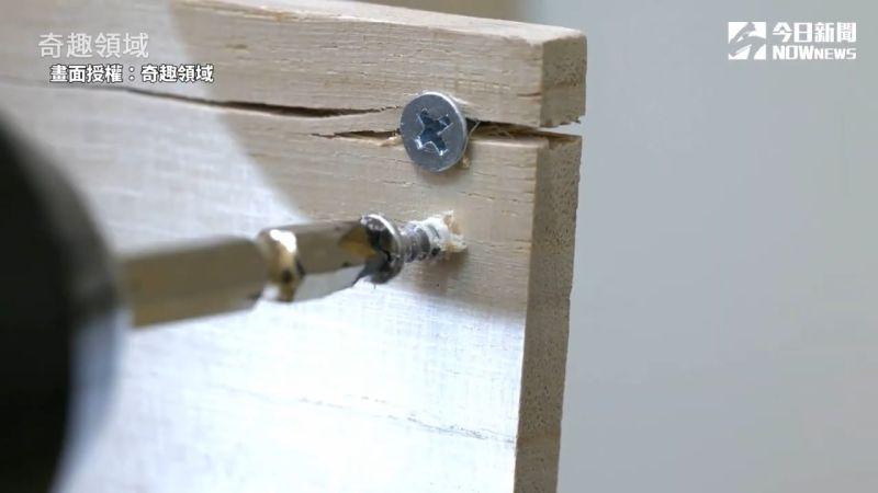 ▲肥皂塗抹在螺絲釘上,可以防止崩牙。(圖/奇趣領域