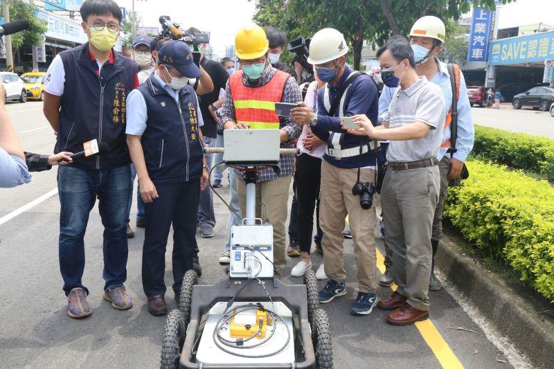 ▲文心南路坑洞,現場透地雷達進行檢測(圖/建設局提供2021.8.12)