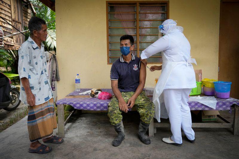 ▲馬來西亞將為高風險族群追加接種COVID-19疫苗。資料照。(圖/美聯社/達志影像)