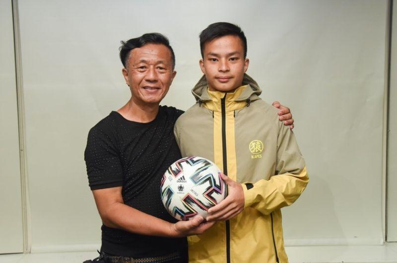 ▲袁永誠(右)隻身前往海外接受足球訓練,爸爸袁慶國(左)是背後最大支柱。(圖/陳明安攝)