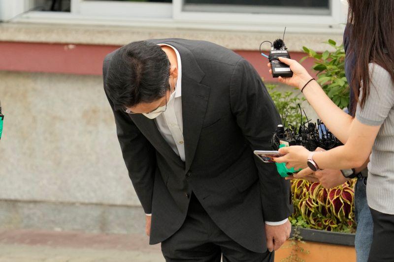 ▲李在鎔於首爾看守所外會見傳媒時,鞠躬向人民致歉。(圖/美聯社/達志影像)