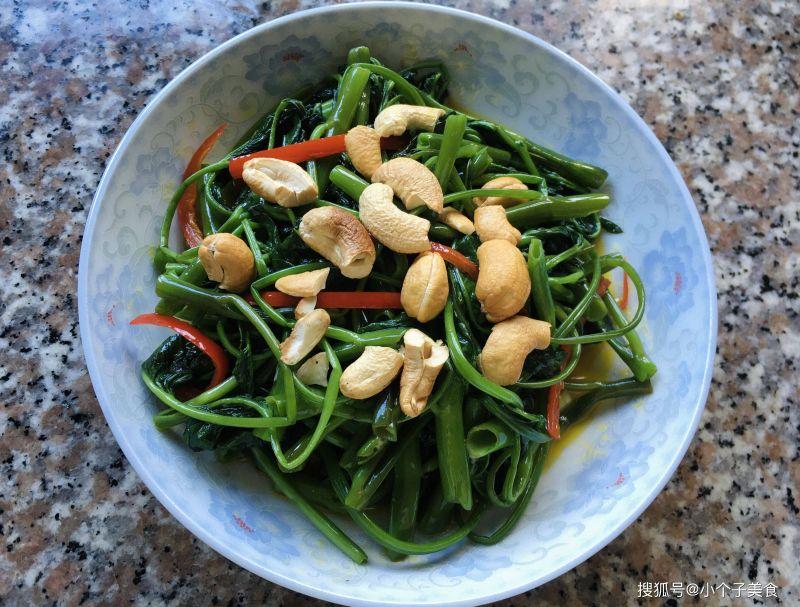 ▲空心菜除了炒蒜之外,還可以做「腰果炒空心菜」。(圖/翻攝自搜狐號《小個子美食》)