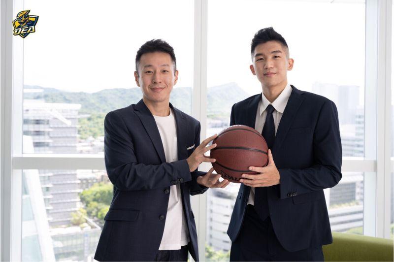 ▲新北中信特攻籃球隊今天(13日)正式宣布,和T1新人選秀會第三輪指名的東方譯慷完成簽約。(圖/中信球團提供)