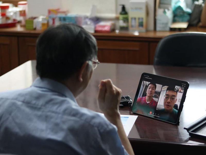 ▲王齊麟今(13)日在臉書分享與台北市長柯文哲視訊連線的照片,意外遭到網友在底下留言質疑批評,王齊麟隨後也回應解釋了。(圖/翻攝自王齊麟臉書)