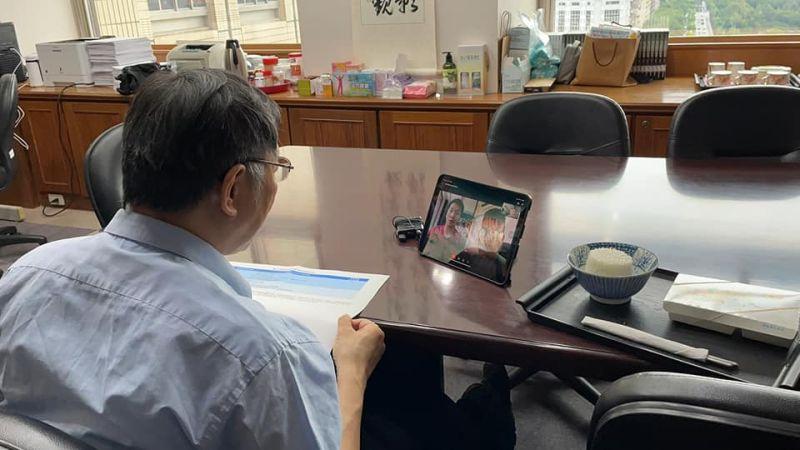 ▲王齊麟今(13)日在臉書分享麟洋兩人與台北市長柯文哲視訊連線的照片。(圖/翻攝自王齊麟臉書)